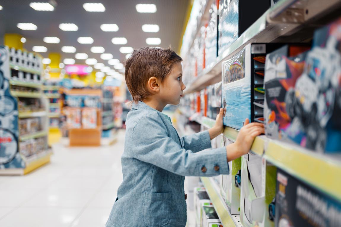 Niño comprando juguetes